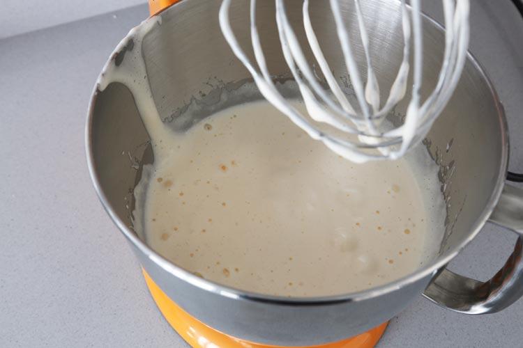 Batir los huevos con el azúcar hasta que estén espumosos