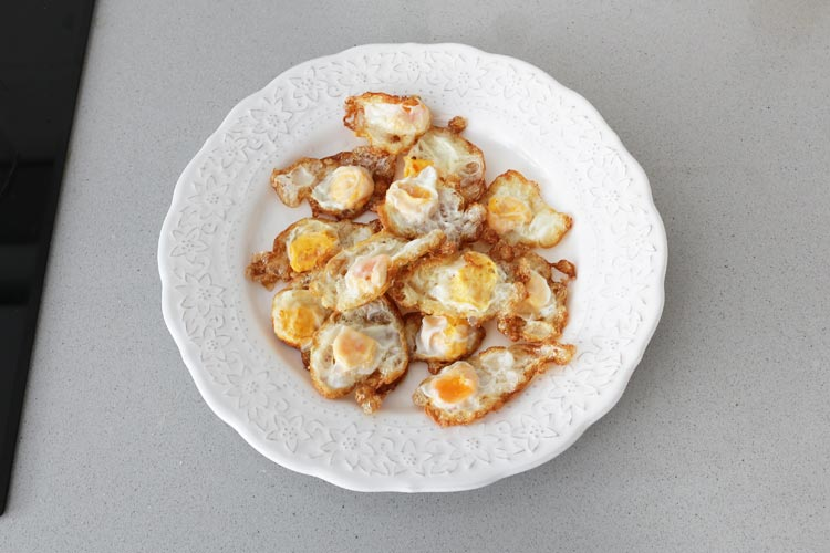 Freír los huevos de codorniz