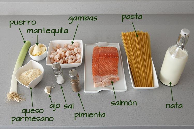 Ingredientes para hacer pasta con salmón y gambas