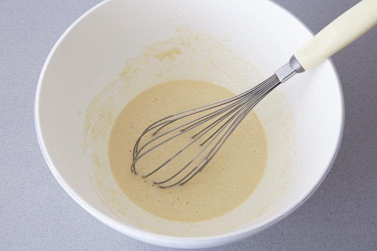 Mezclar todos los ingredientes para obtener una masa semilíquida