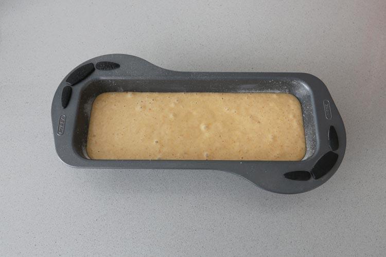 Rellenar el molde con la masa del bizcocho de turrón y hornear