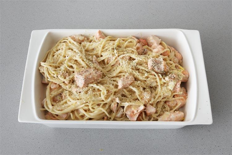 Mezclar la salsa de nata, salmón y gambas con la pasta