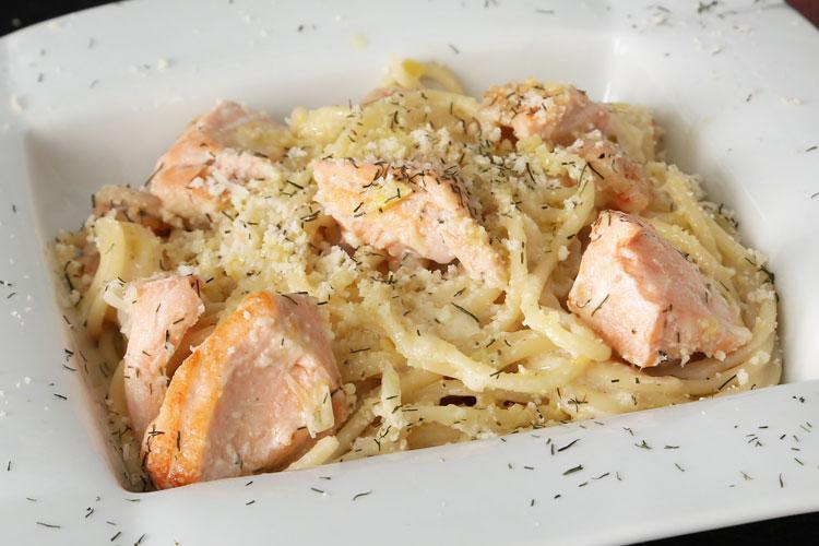 Pasta con salmón y gambas