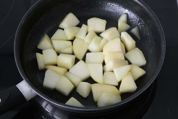 Saltear la pera con un chorrito de aceite de oliva