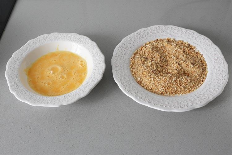Batir el huevo y mezclar los kikos con el pan rallado