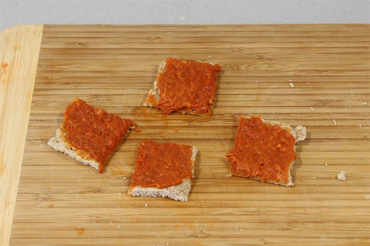 Untar la sobrasada sobre el pan