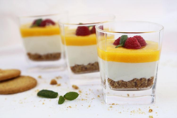 Vasitos de yogur y mango, un postre fácil y rápido