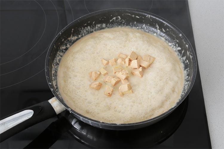 Incorporar el foie a la salsa y remover suavemente hasta que se deshaga