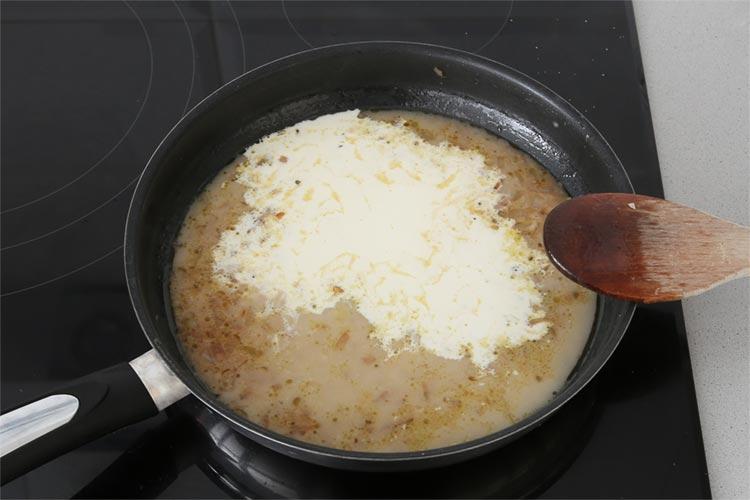 Agregar la nata y el caldo; dejar reducir