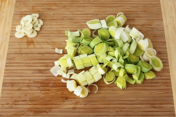 Picar el puerro y laminar el ajo