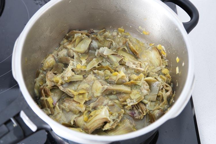 Cocer las alcachofas junto con el caldo