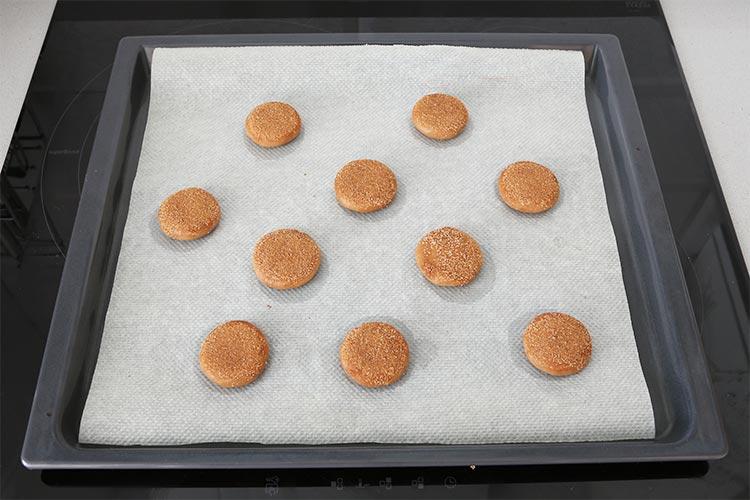 Depositar las galletas en una bandeja de horno cubierta con papel de hornear