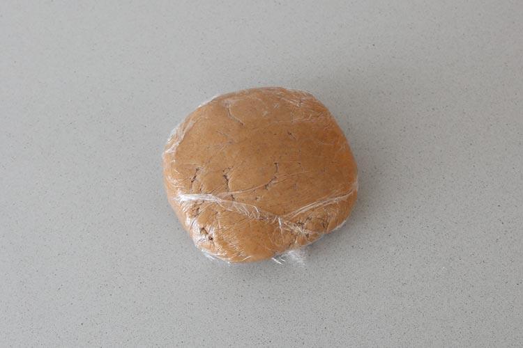 Envolver la masa de galletas de canela