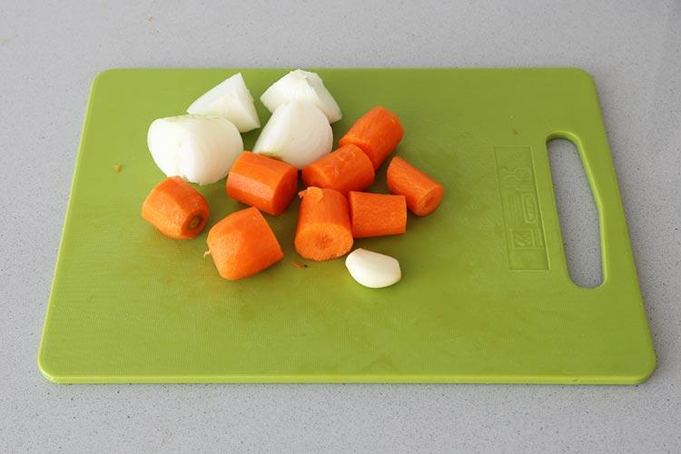 Cortar las verduras en trozos grandes