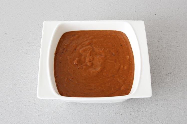 Cocer la patata, triturar y mezclar con la morcilla hasta obtener una crema