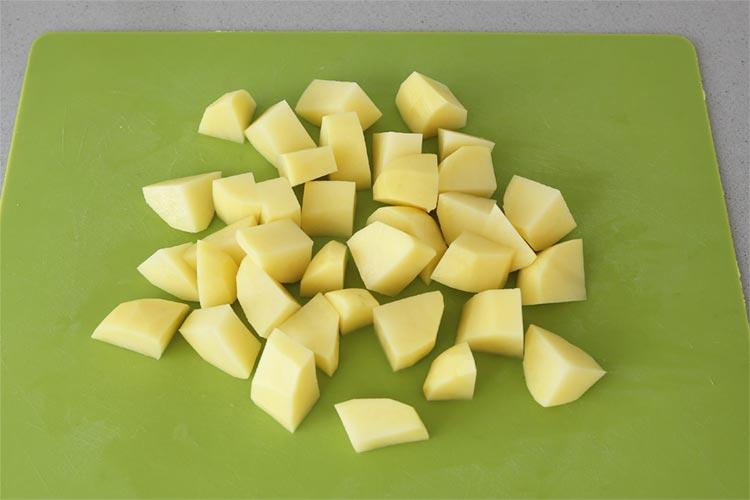 Pelar y cortar las patatas en dados