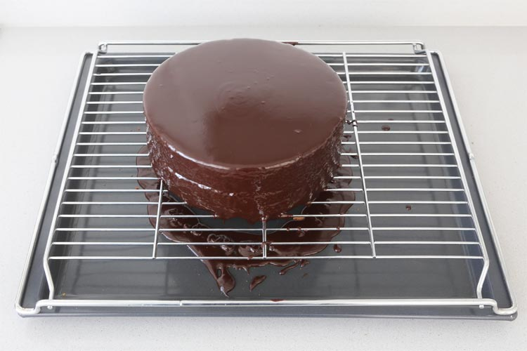 Glasear la tarta con el baño de chocolate