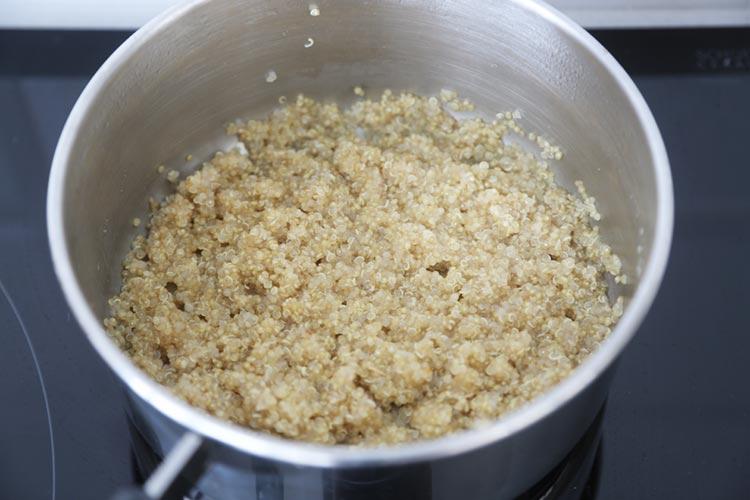 Cocinar la quinoa en un poco de caldo