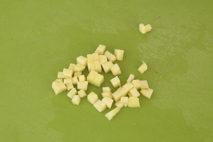 Cortar la manzana en cubos pequeños