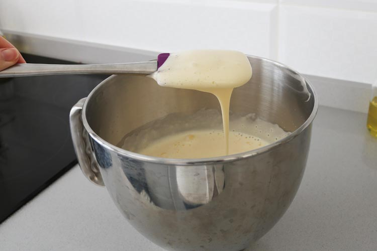 Añadir el resto de ingredientes y mezclar la masa