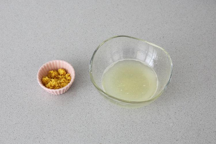 Rallar la piel del limón y extraer su zumo