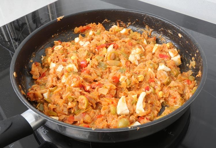 Añadir el atún, los huevos picados y las aceitunas al relleno de la empanada