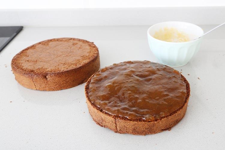 Rellenar la tarta con la mermelada