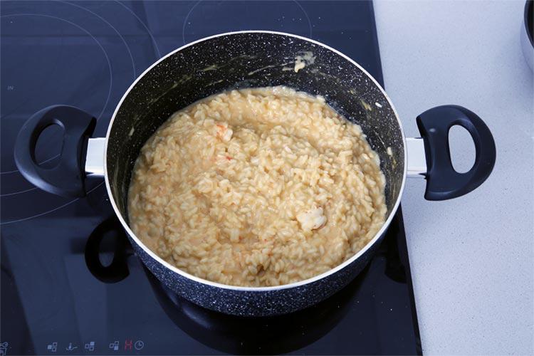 Incorporar los langostinos picados y terminar la cocción