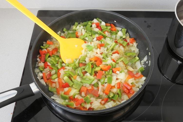 Cortar las verduras y sofreírlas con aceite de oliva