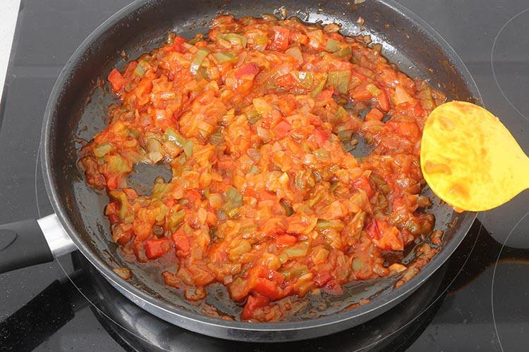 Añadir el tomate y dejar reducir