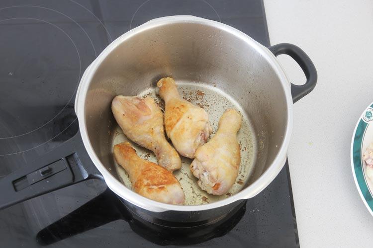 Dorar los muslos de pollo en aceite de oliva