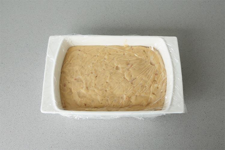 Colocar la masa en un recipiente, tapar y dejar enfriar en la nevera