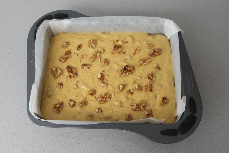 Añadir las nueces, verter la masa en el molde y hornear