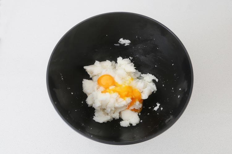 Mezclar la manteca, el azúcar y las yemas de huevo