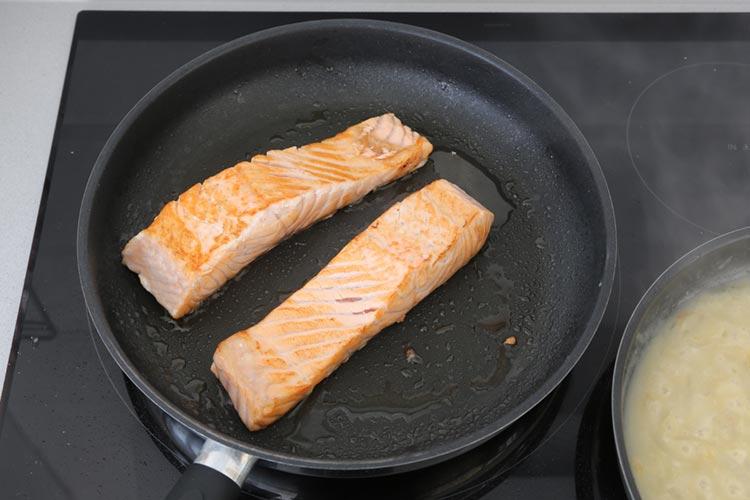 Marcar los lomos de salmón a fuego fuerte