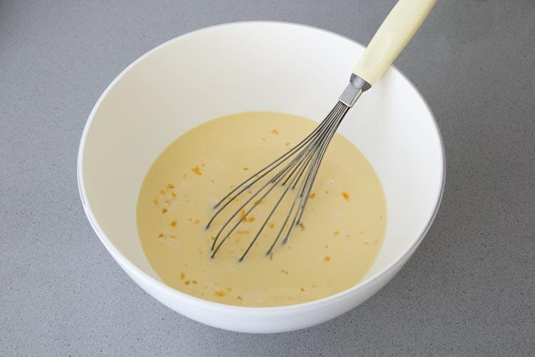 Mezclar todos los ingredientes de los flanes de leche condensada