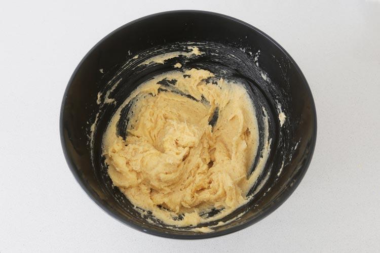 Mezclar los ingredientes de la masa de las perrunillas