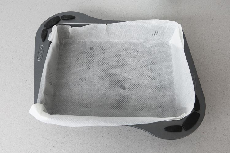 Forrar el molde con papel o engrasar
