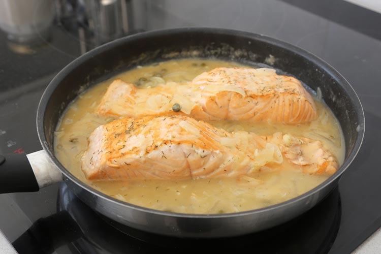 Añadir el salmón a la salsa de cava, tapar y cocinar unos minutos