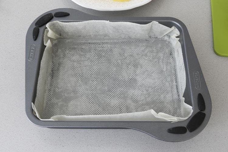 Molde forrado con papel de horno