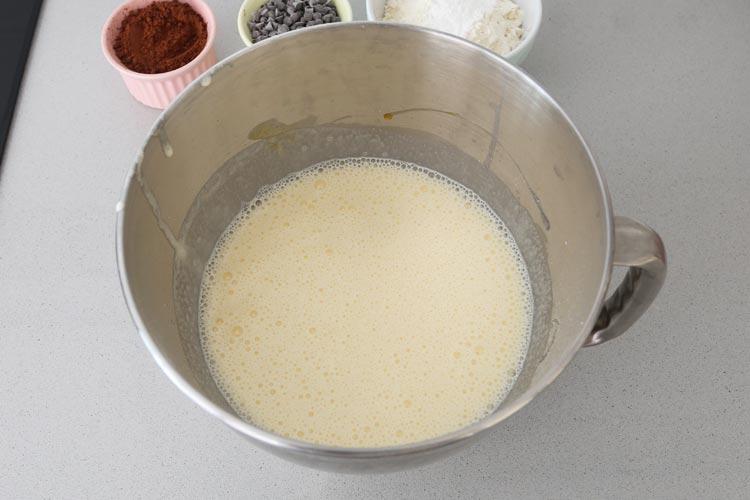 Batir los huevos con el azúcar