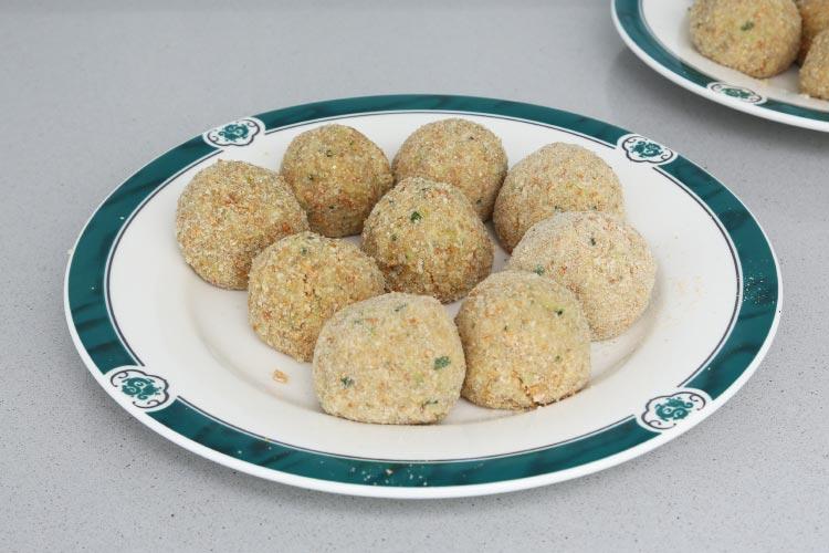 Empanar las croquetas con el pan rallado