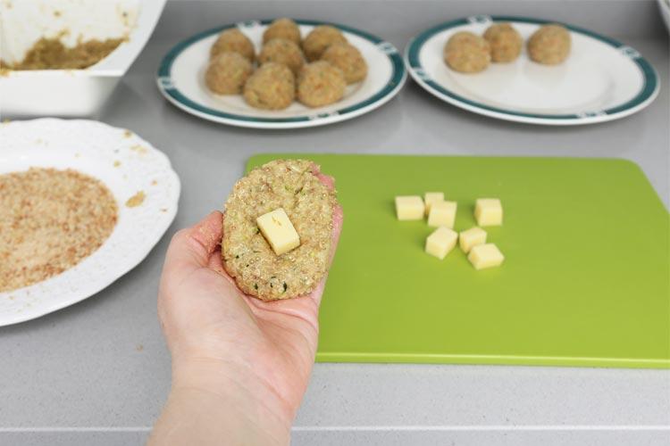 Rellenar las croquetas con el queso y darles forma