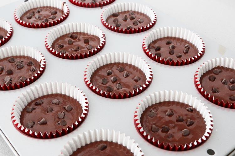 Llenar los moldes y distribuir las pepitas de chocolate