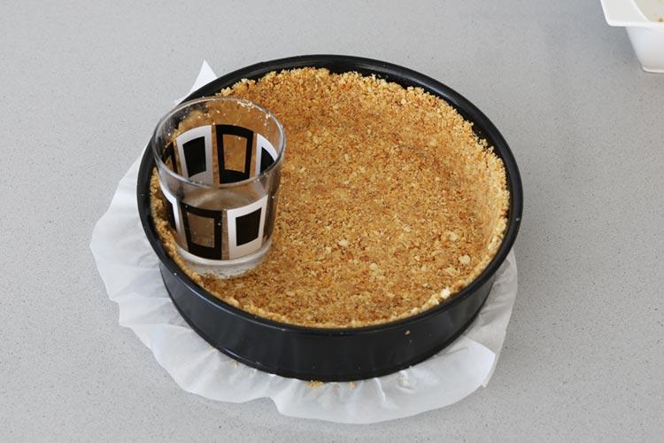 Extiende bien la masa de galletas en el molde