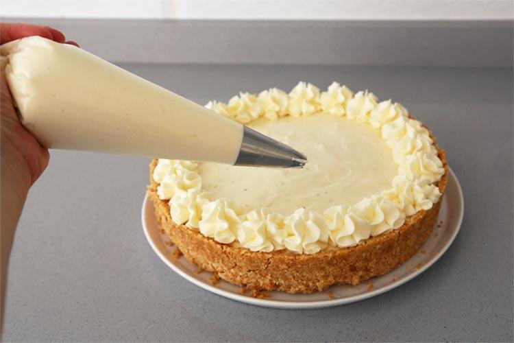 Decora la tarta de lima con nata montada