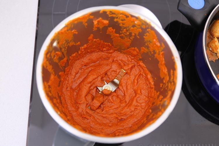 Triturar la salsa hasta que esté bien fina