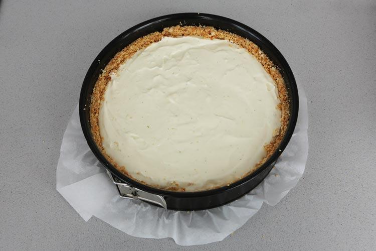 Vierte la crema en la base de la tarta