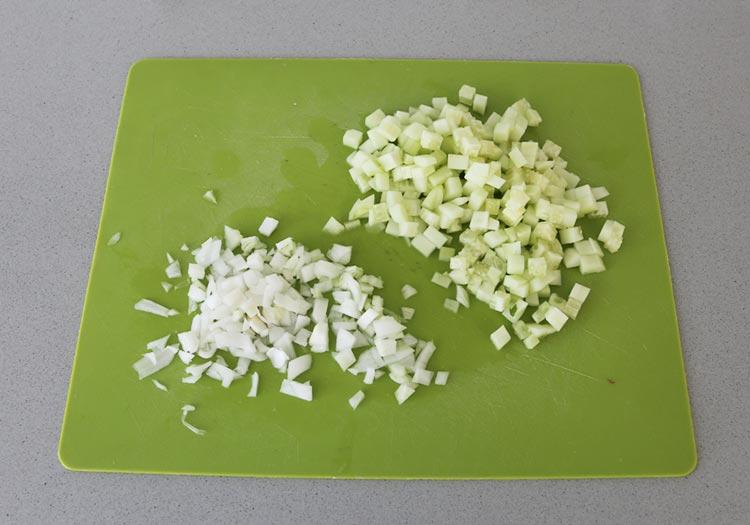 Pica la cebolla y el pepino