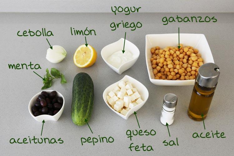 Ingredientes de la ensalada de garbanzos estilo griego